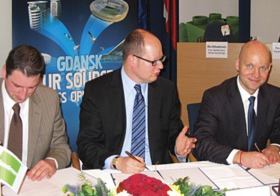 Podpisanie umowy na budowę PCL, od lewej: B. Ciesielczak, P. Adamowicz i A. Aleksandrowicz.