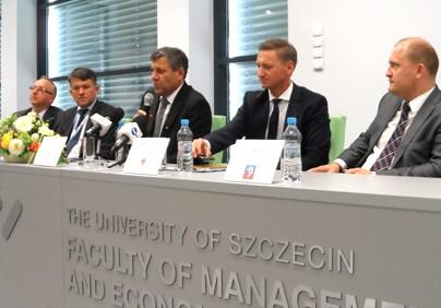 od lewej: Paweł Szynkaruk, dyrektor generalny PŻM, Dariusz Więcaszek, prezes PiG, wicepremier Janusz Piechociński, Olgierd Geblewicz, marszałek województwa zachodniopomorskiego i Piotr Krzystek, prezydent Szczecina.